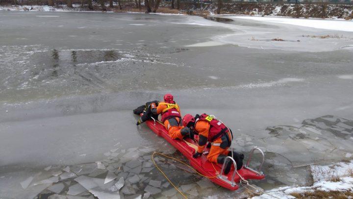 Ćwiczenia ratownictwo lodowe na zamarzniętym jeziorze.